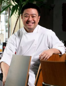 "O chef Flávio Miyamura, agora ""sub-chef"" do AK"
