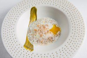 Ovo poché, puré de azedinha, crumble de parmesão, espuma de galinha caipira, de Claude e Thomas Troisgros