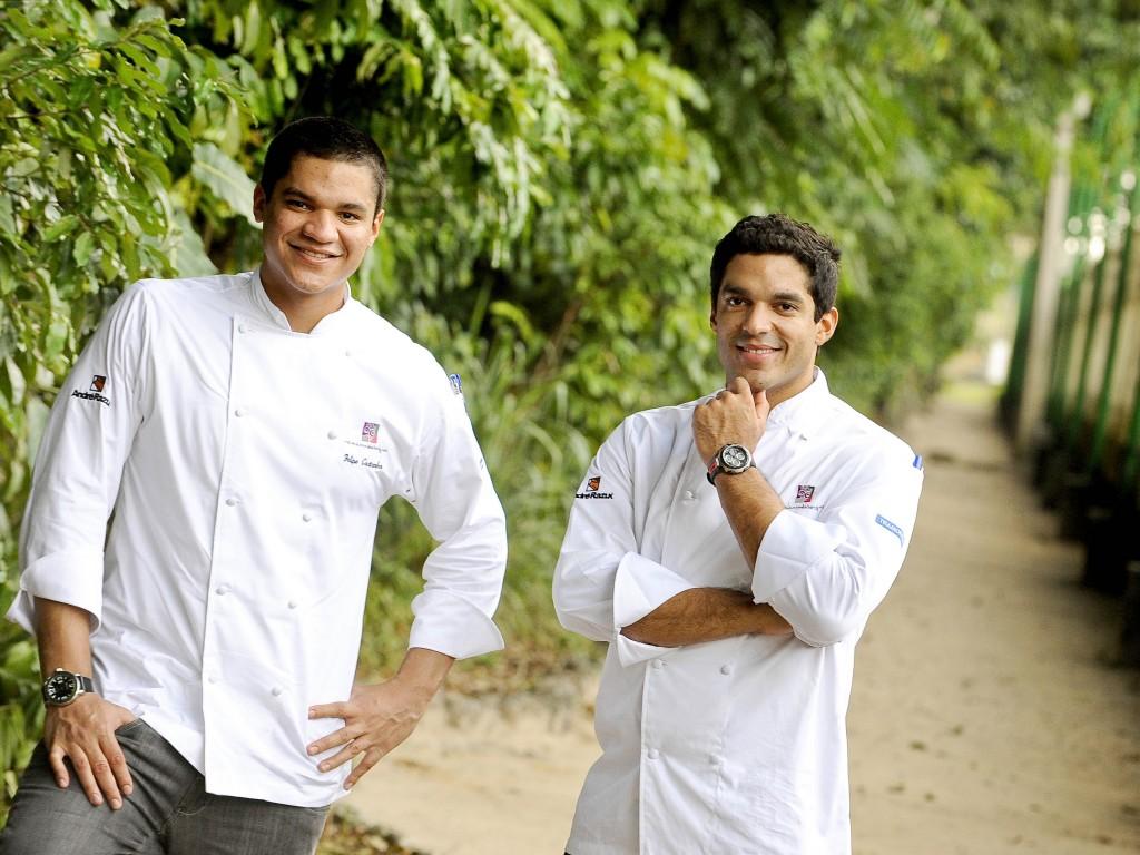 Os chefs Felipe (à esq) e Thiago Castanho buscam ingredientes diretamente dos produtores locais (foto: divulgação/Tadeu Brunelli)