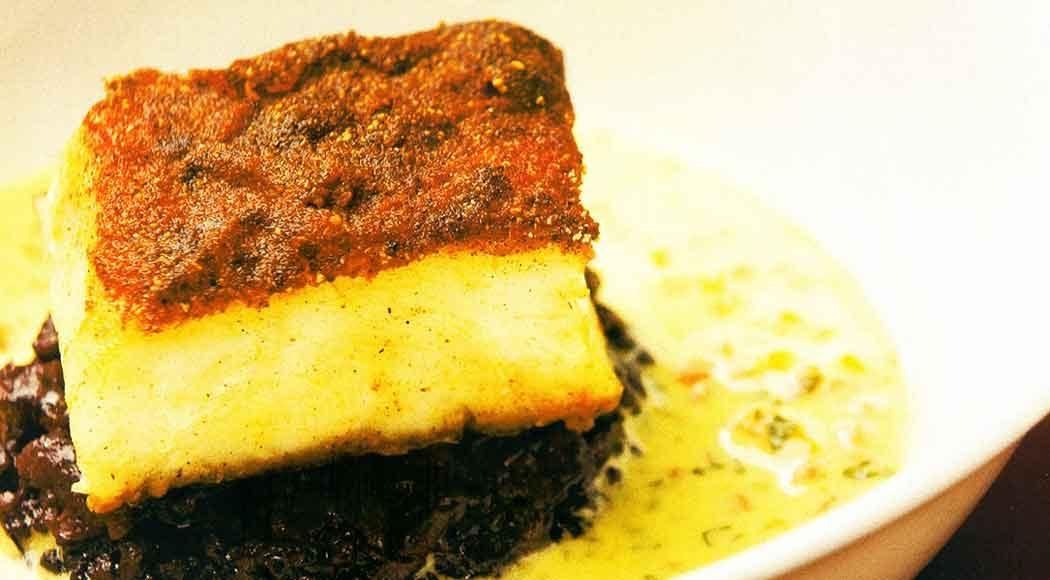 Lombo de robalo com crosta de tandoori, arroz preto, molho de manga e mamão (Foto: Fabiano Cerchiari)