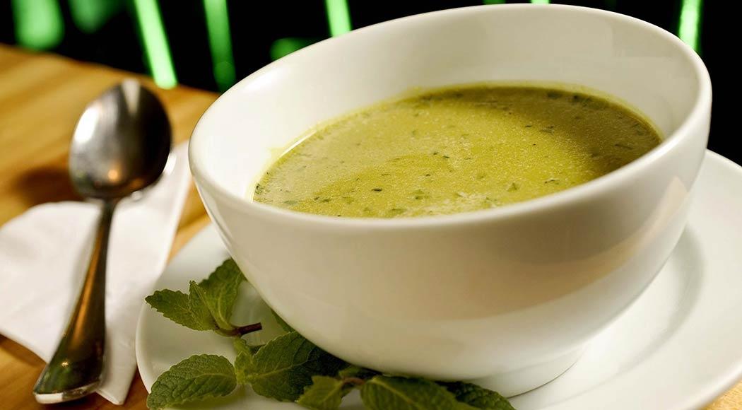 Receita muito fácil de sopa de ervilha com hortelã