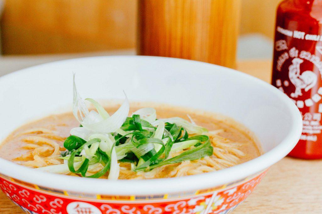 Aprenda a preparar noodles com molho cremoso de pasta de amendoim