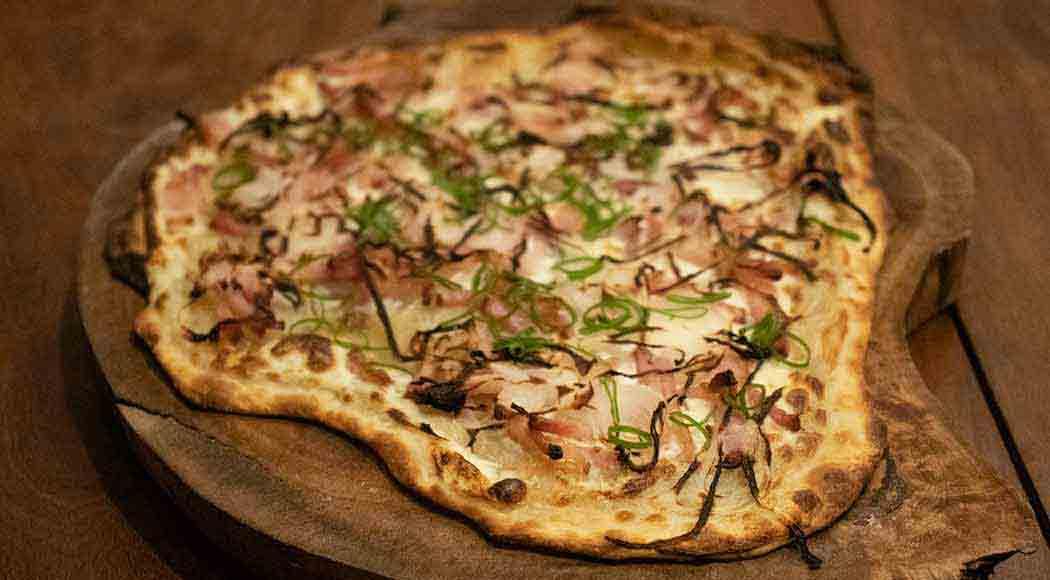 Receita de pizza alemã recheada com cebola e bacon. Foto: Divulgação
