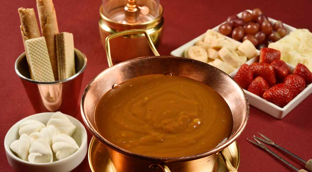 Faça a fondue de doce de leite do restaurante Chalezinho