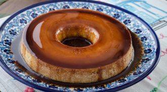 Receita simples e deliciosa de pudim de amendoim com calda de chocolate. Foto: Divulgação