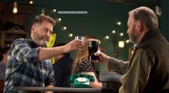 """Ator de """"The Office"""" lança whisky envelhecido em barril de Guinness"""