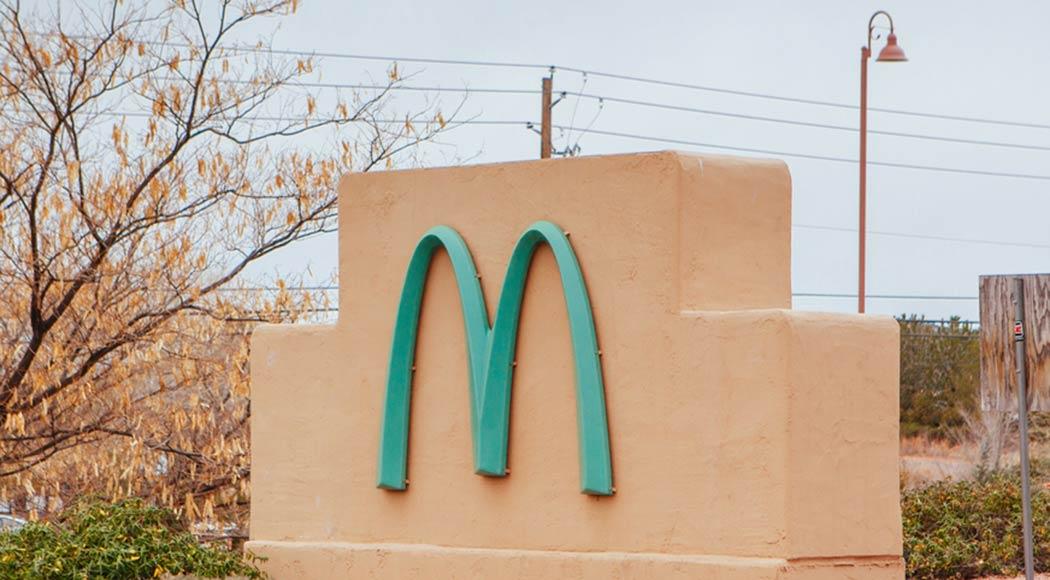 Conheça o único McDonald's do mundo que tem os arcos pintados de azul