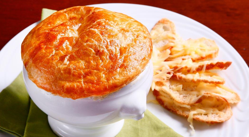 Receita simples da clássica sopa francesa de cebola