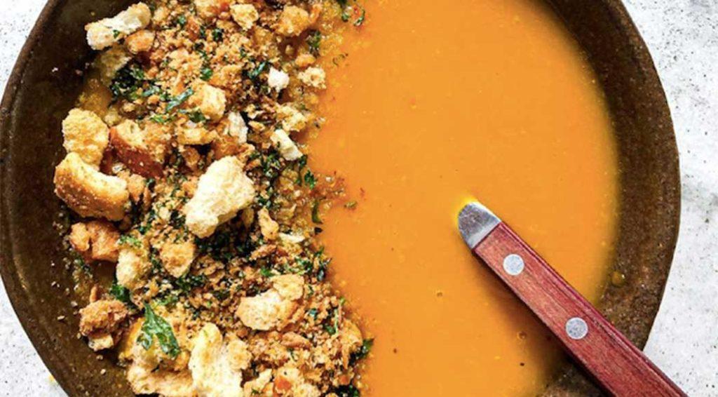 Receita fácil de sopa de abóbora com farofa de pão