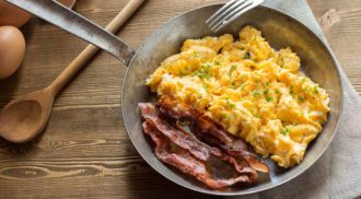 Aprenda a fazer bacon crocante e ovos mexidos como os de hotéis