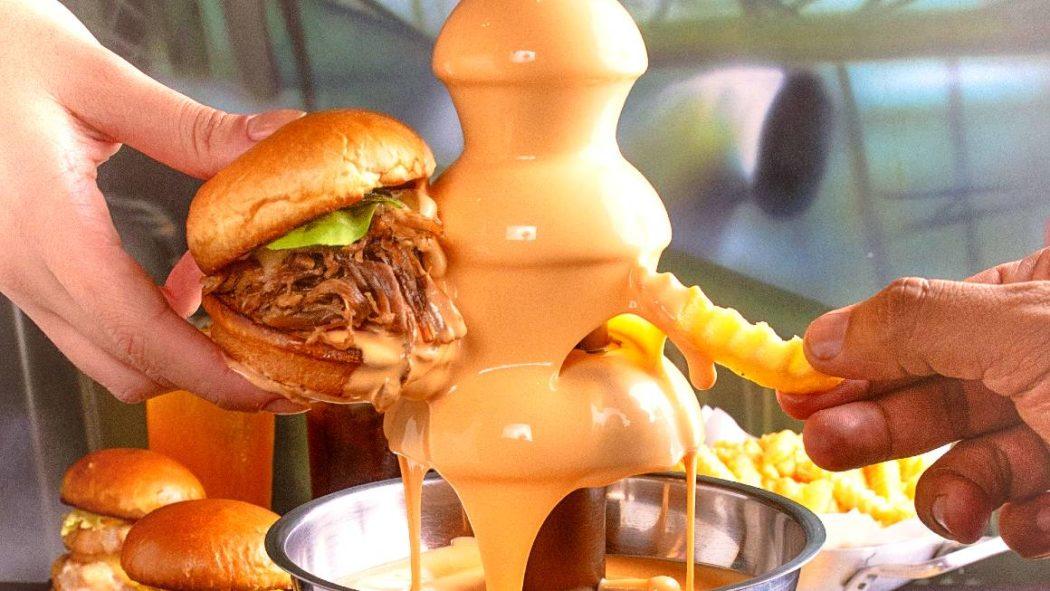 A divertida e deliciosa torre de cheddar com sanduíches da Cantagalo Burger