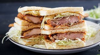Katsu sando, delicioso sanduíche de porco japonês (Foto: Divulgação)