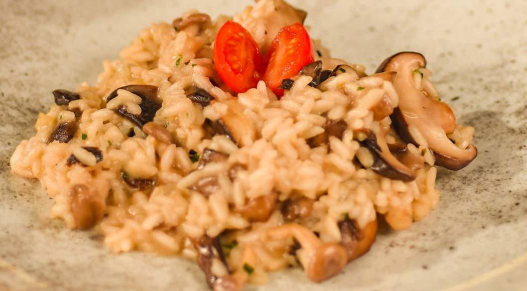 Receita fácil de risoto de cogumelos e vinho para o almoço de Dia dos Pais