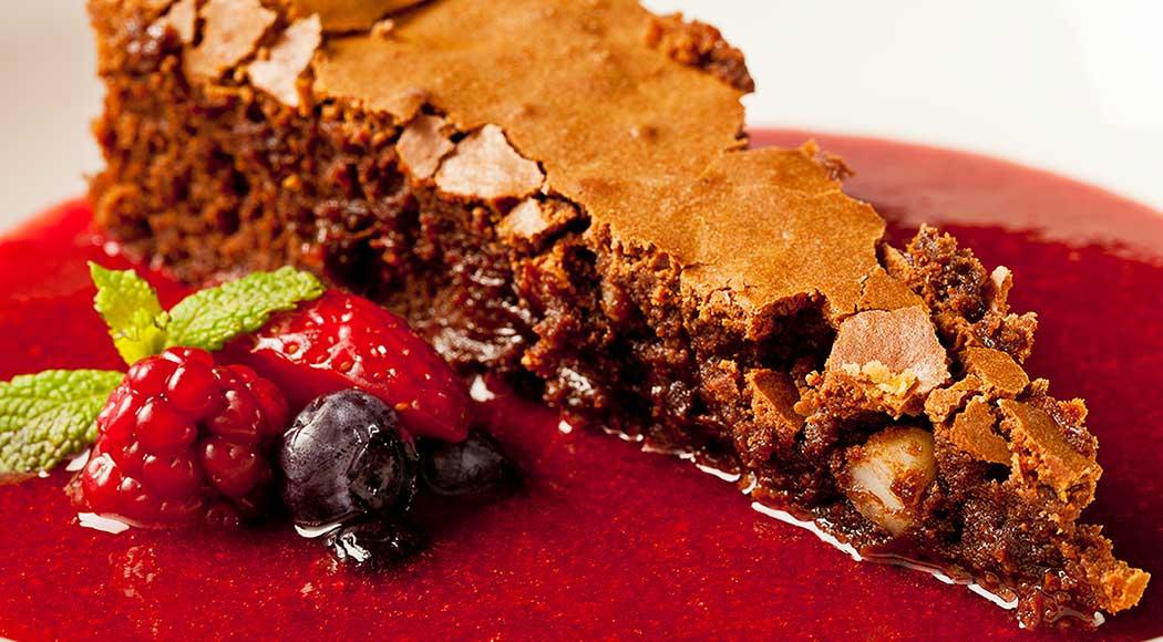Bolo de chocolate com sopa de frutas vermelhas (Foto: Divulgação)