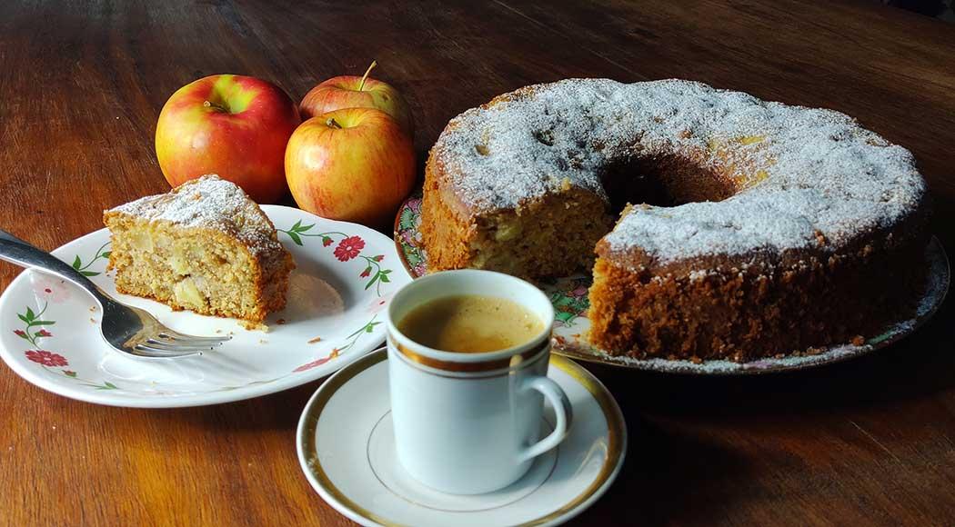 Receita de bolo de maçã e aveia, por Paola Carosella / Foto: Milagros Campos Lagreca