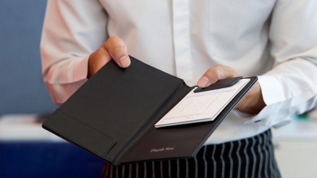 Celebridade local tenta pagar restaurante com exposição (Foto: iStock)