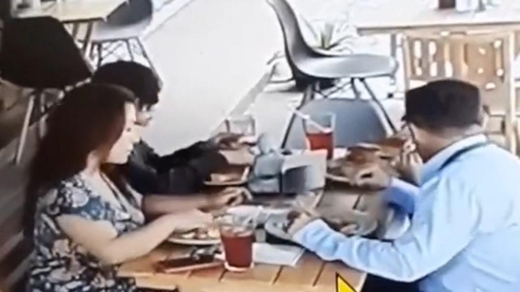 Família é flagrada colocando cabelo na comida para não pagar a conta (Foto: Reprodução)