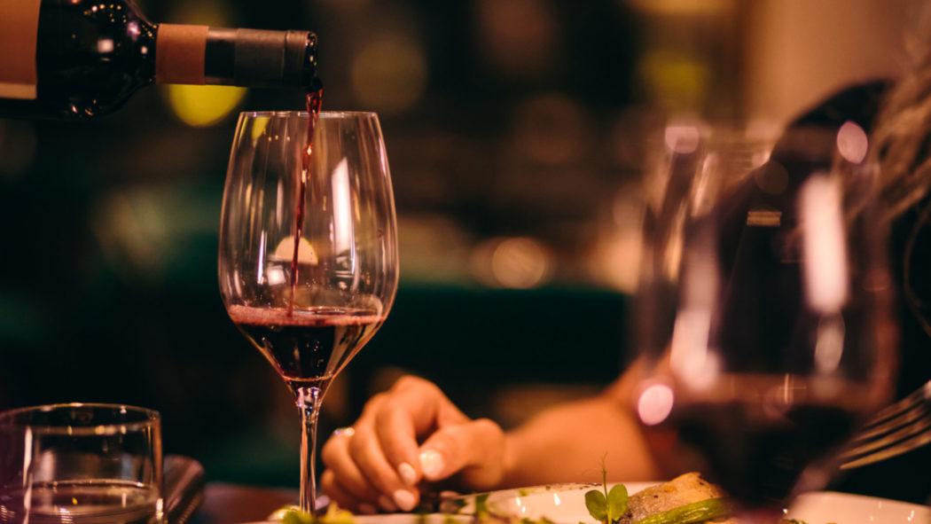 Estudo conclui que vinho é a única bebida alcoólica que traz benefícios à saúde (Foto: iStock)