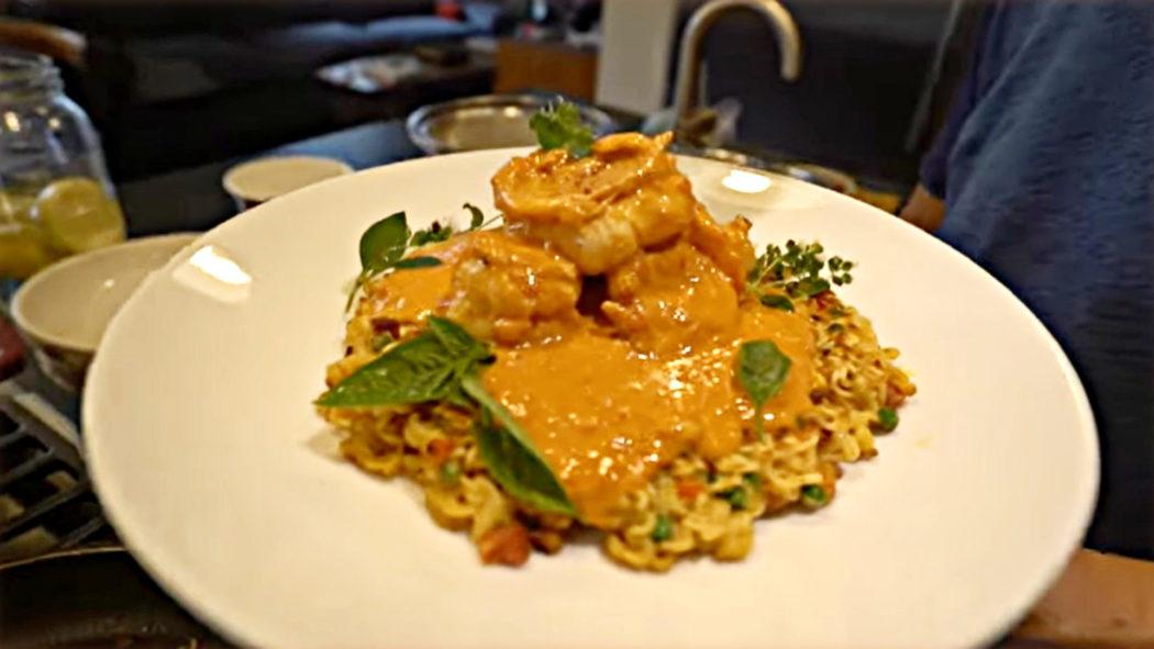 Chef ensina receita de macarrão instantâneo gourmet (Foto: Reprodução/Jet Bent-Lee)