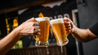 Empresas oferecem cerveja e pipoca para que funcionários voltem aos escritórios (Foto: Divulgação)