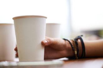 Por falta de descartáveis, estudantes de cidade americana têm de comer com as mãos (Foto: iStock)