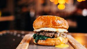 Cheeseburger com pimenta verde (Foto: iStock)